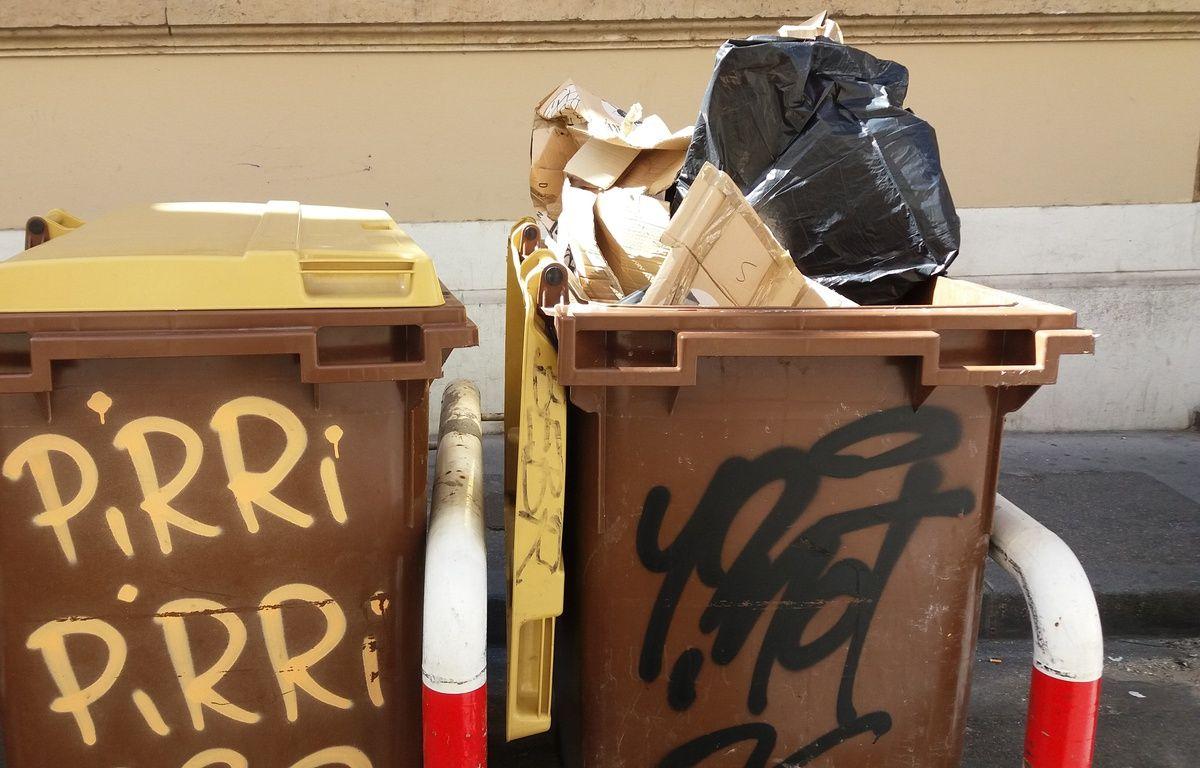 Illustration de poubelle, ici à Marseille. Des cartons y sont déposés, alors qu'une borne de recyclage est toute proche. – Jean Saint-Marc / 20 Minutes