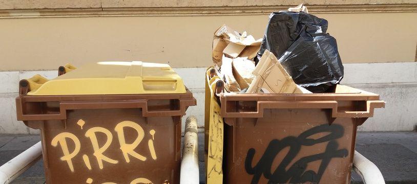 Illustration de poubelle, ici à Marseille. Des cartons y sont déposés, alors qu'une borne de recyclage est toute proche.
