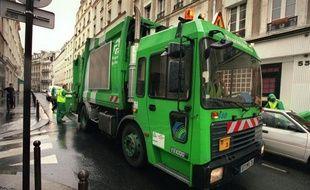 Le ramassage des ordures était perturbé dans plusieurs arrondissements de Paris dimanche, alors que deux des trois centres de retraitement des déchets autour de la capitale étaient toujours bloqués pour protester contre la réforme des retraites, a constaté un journaliste de l'AFP.