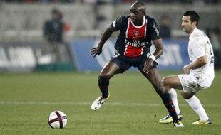 Paris et Montpellier, à trois points, mènent toujours grand train en tête du Championnat après leurs victoires respectives obtenues au forceps plus qu'en finesse, et font le trou avec Lille, rejoint par Lyon après un coup de frein lors de la 12e journée de Ligue 1.