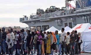Des migrants secourus en mer Méditerranée débarquent au port de Catane, en Sicile, le 8 juin 2015