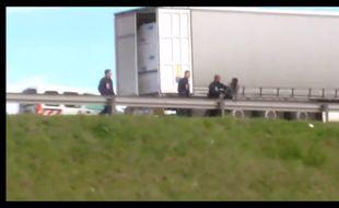 Des migrants violentés par des CRS le long de la rocade à Calais