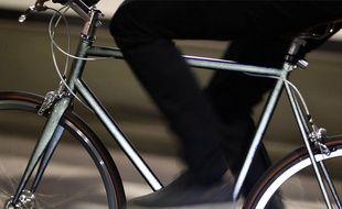 Un cycliste la nuit. Illustration.