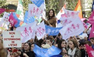 Près de trois quarts des Français (72%) pensent que les manifestations contre la loi sur le mariage homosexuel doivent s'arrêter et ils sont 31% à estimer que si l'UMP revient au pouvoir en 2017, elle abrogera la loi, révèle un sondage Ifop pour le JDD publié samedi.