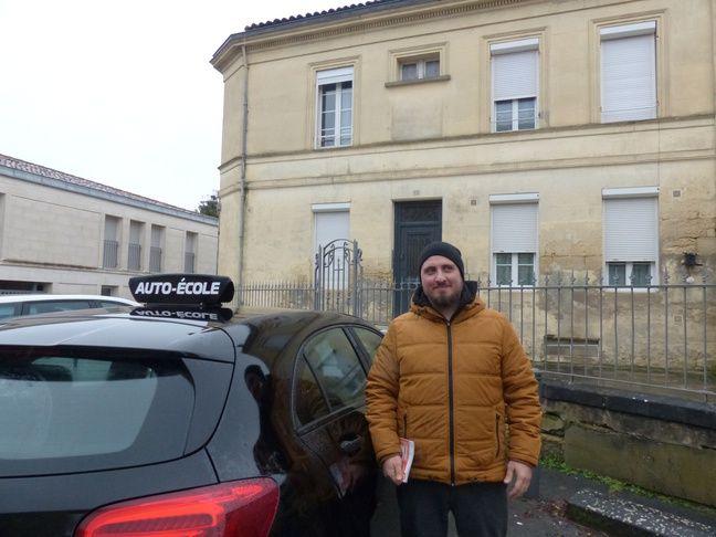 Andy, 30 ans, passe son permis à Saint-André-de-Cubzac pour réduire son temps de trajet pour aller au travail.