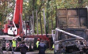 Accident de Puisseguin: l'enlèvement des épaves débute
