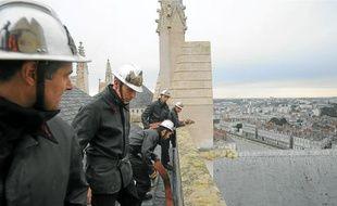 Les pompiers, en uniforme de 1972, sont montés hier sur le toit de l'édifice.
