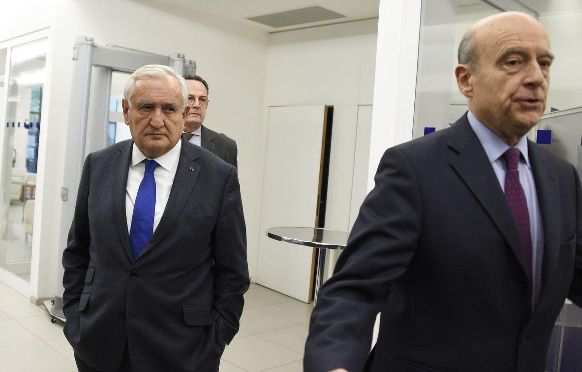 Paris, le 7 décembre 2015. Alain Juppé et Jean-Pierre Raffarin à l'issue d'une réunion au siège des Républicains. – DOMINIQUE FAGET / AFP