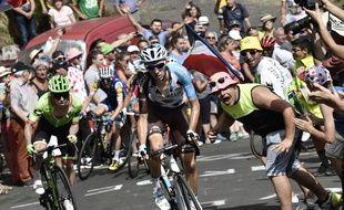 Romain Bardet fend la foule lors de la quinzième étape du Tour.