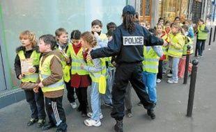 Charte du piéton en main, des élèves ont sensibilisé les passants aux côtés de policiers.