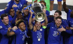Chelsea players celebrate with the trophy after winning the Champions League final soccer match against Manchester City at the Dragao Stadium in Porto, Portugal, Saturday, May 29, 2021. (Susana Vera/Pool via AP)/EM214/21149778024792/POOL PHOTO/2105292340