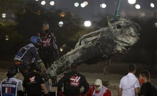Ce qu'il reste de la voiture de Romain Grosjean après son crash lors du GP de Bahreïn, le 29 novembre 2020, va être analysé en usine.
