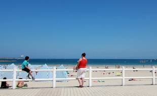 Les touristes ont pu profiter de la plage en juillet, comme ici à Dinard.