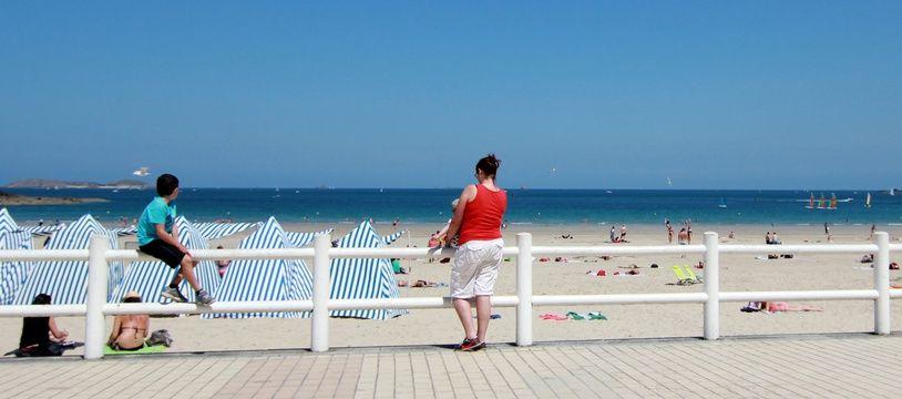 Des touristes ici au bord de la plage de Dinard (Ille-et-Vilaine)