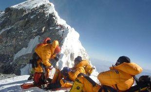 Ce n'est pas le sommet du col du Galibier, incontournable sommet du Tour de France cycliste, au mois de juillet, mais ça y ressemble: déjà 150 le week-end dernier, ils devaient être plus de 200 alpinistes à s'élancer vendredi à l'assaut de l'Everest dans des conditions exécrables qui ont déjà coûté la vie à quatre personnes
