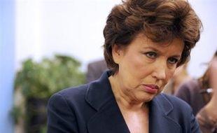 """Face à la pluie de critiques, Mme Bachelot a dénoncé lundi lors d'une conférence de presse un """"procès politicien sur le manque de moyens"""". """"Nous sommes dans une période de tension mais nous avions onze lits disponibles en région parisienne à moins de 20 minutes du malade"""", a-t-elle affirmé, jugeant qu'""""il y avait toute possibilité d'accueillir"""" le patient décédé dimanche."""