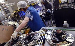 L'activité du secteur manufacturier dans la zone euro a continué de se contracter en mai mais moins vite que par le passé, traduisant une légère amélioration de la conjoncture qui touche l'ensemble des pays étudiés, selon les données publiées lundi par la société Markit, qui publie l'indice PMI.