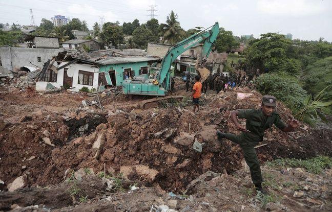 Des soldats sri lankais et des sauveteurs s'affairent après l'effondrement d'une montagne d'ordures sur un bidonville près de Colombo, le 15 avril 2017.