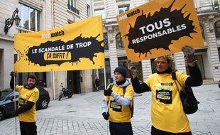 Des membres de l'association Foodwatch manifestent contre Lactalis, le 14 février 2018.