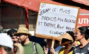 Une manifestante tient une pancarte à l'adresse du ministre de la Santé, Olivier Véran, lors de la manifestation contre le pass sanitaire et la vaccination obligatoire à Marseille, le samedi 11 septembre 2021.