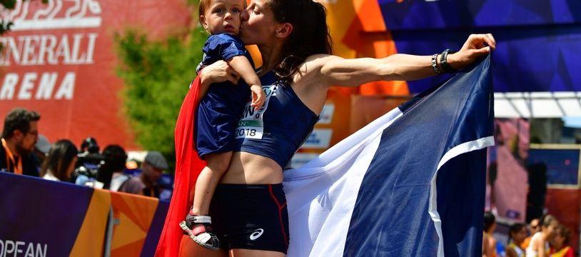 Clémence Calvin avec son fils après sa médaille d'argent aux Euros de Berlin, en août 2018.
