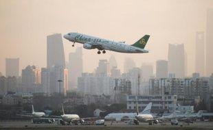 Un avion de la compagnie Spring Airlines décolle de l'aéroport de Hongqiaou à Shanghai le 8 février 2015