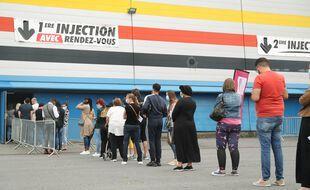 (Illustration) Beaucoup de personnes viennent spontanément se faire vacciner à la suite de l'allocution du président de la République, à Douai, le 13 juillet.