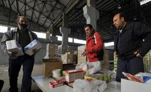 Paquets de madeleines sous un bras, conserves sous l'autre, des dizaines de Grecs en situation précaire ont pris livraison mercredi près d'Athènes des trente tonnes de produits alimentaires collectés par le Secours Populaire français (SPF) pour sa première mission dans le pays en crise.
