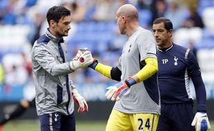 Hugo Lloris encourage Brad Friedel avant le match de Tottenham à Reading, le 16 septembre 2012 en Angleterre.