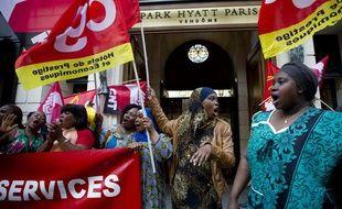 Une soixantaine de sous-traitants et salariés du Park Hyatt Paris-Vendôme manifestent depuis vendredi pour dénoncer leurs conditions de travail, le 24 septembre 2013.