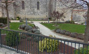 La victime a été retrouvé sur l'un des bancs de ce square.