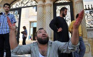 Sur le terrain, un raid aérien dévastateur a fait plus de 30 morts dans une ville près d'Alep (nord). Selon l'Observatoire syrien des droits de l'Homme (OSDH), le raid mené par un avion qui a brisé le mur du son avant de tirer des missiles contre Azaz, une ville rebelle de 70.000 habitants près de la frontière turque, a fait au moins 31 morts et plus de 200 blessés.