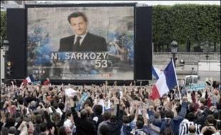 De 3.000 à 4.000 partisans de Nicolas Sarkozy ont laissé éclater leur joie à l'annonce de la victoire du candidat de l'UMP à l'élection présidentielle dimanche place de la Concorde, peu après 20H00, tandis que des militants de gauche exprimaient désarroi et colère.