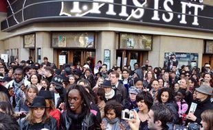 A Paris, des centaines de personnes étaient rassemblées devant le Grand Rex depuis 6h du matin pour assister à la projection qui avait lieu à 8h40.