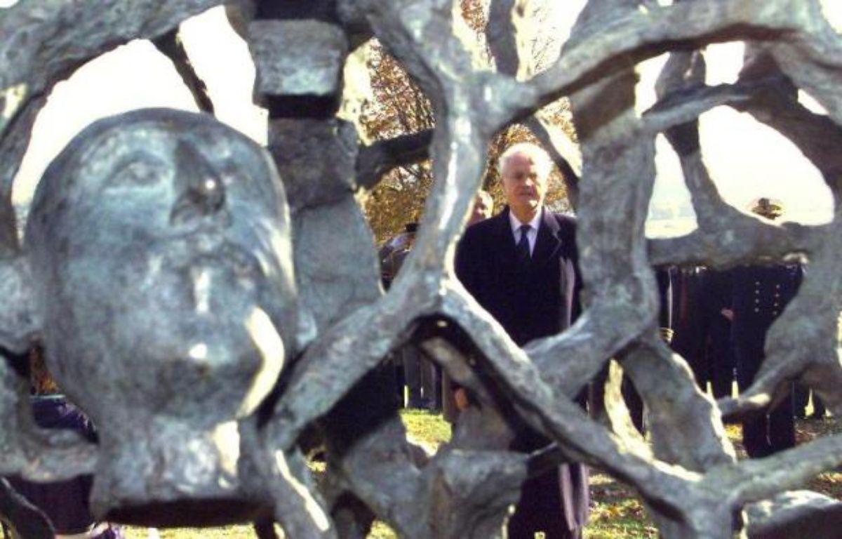 Lionel Jospin, alors Premier ministre, inaugure le 5 novembre 1998 la sculpture de l'artiste français Haïm Kern, réalisée en hommage aux soldats tombés au Chemin des Dames – Eric Cabanis AFP