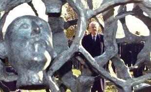 Lionel Jospin, alors Premier ministre, inaugure le 5 novembre 1998 la sculpture de l'artiste français Haïm Kern, réalisée en hommage aux soldats tombés au Chemin des Dames