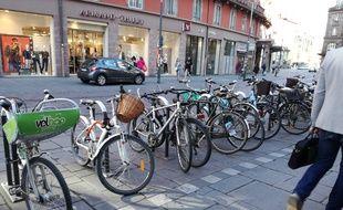 Les Velhop strasbourgeois sont de deux sortes : avec un panier métallique pour les plus lourds en location automatique, et avec un panier vert en plastique pour les locations de longue durée.