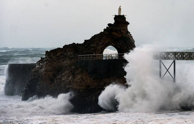 Waves break on the Rocher de La Vierge off the coast in Biarritz, south western France, on November 3, 2019 during the Amelie storm. - Some 100,000 households were deprived of electricity on the morning of November 3, 2019 in south western France, where the Atlantic coast was swept by storm Amelie, causing damage but no casualties, according to an initial assessment by the emergency services and the prefectures. (Photo by GAIZKA IROZ / AFP)