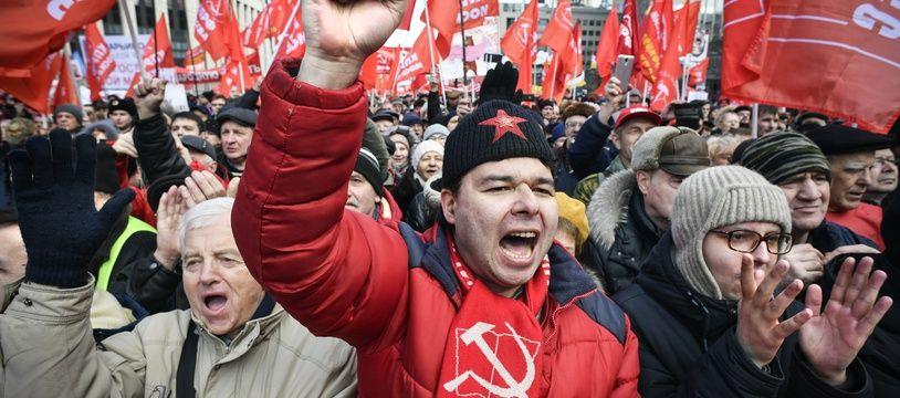 Des manifestants du parti communiste russe contre la politique du Kremlin le 22 mars 2019