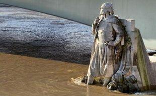 8,62 mètres d'eau au pont d'Austerlitz, à Paris c'est la Bérézina: les stations de métro ferment une à une, 900.000 personnes se retrouvent sans électricité, et 10.000 soldats sont mobilisés en urgence pour lutter contre l'inondation.