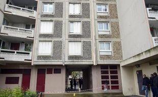 Vue en date du 30 avril 2015 d'immeuble devant lequel une fusillade s'est produite à Saint-Ouen
