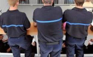 La garde des Sceaux Rachida Dati a annoncé jeudi aux syndicats pénitentiaires qu'elle recevait, la création de 177 nouveaux postes de surveillants de prison cette année, a-t-on appris auprès de la Chancellerie.
