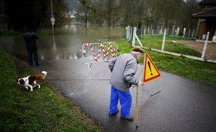 Dans la commune d'Elbeuf, la crue de la Seine perturbe les promenades quotidiennes.