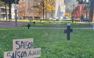 A Lourdes, les saisonniers ont planté des croix pour symboliser leur enterrement.