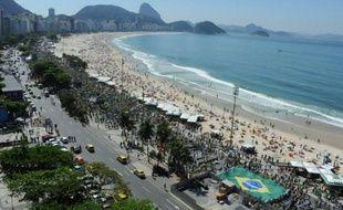 Colonne de manifestants brésiliens exigeant la démission de la présidente de gauche Dilma Rousseff, le 16 août 2015 sur le front de mer de Copacabana, à Rio de Janeiro