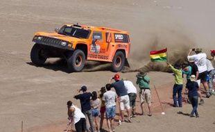 L'Américain Robby Gordon a été mis hors course, mercredi à Arica (nord du Chili), du 33e rallye-raid Dakar par le Collège des commissaires, pour non conformité technique du moteur de son Hummer N.303, indique un communiqué des commissaires.