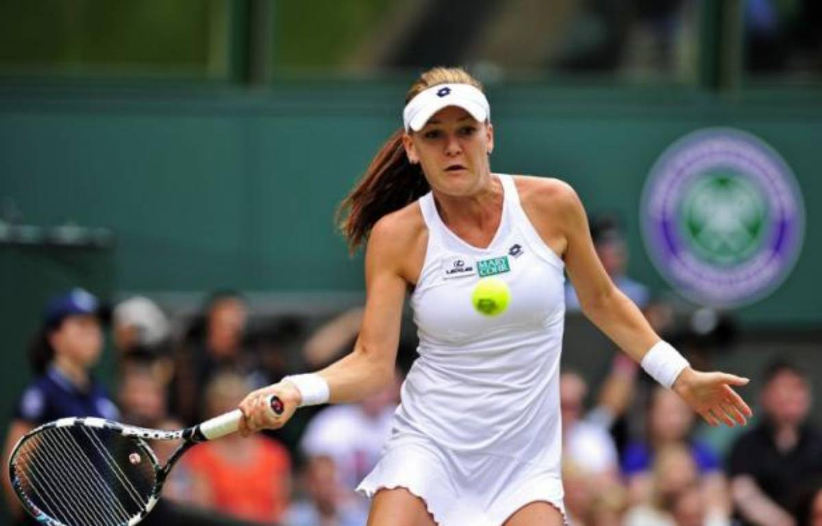 La Polonaise Agnieska Radwanska s'est qualifiée pour sa première finale de Grand Chelem en battant jeudi en demi-finale du simple dames de Wimbledon l'Allemande Angelique Kerber en deux sets 6-3, 6-4. – Glyn Kirk afp.com