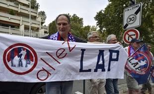 Des supporters du club de Luzenac, le 26 août 2014 devant le tribunal administratif de Toulouse.