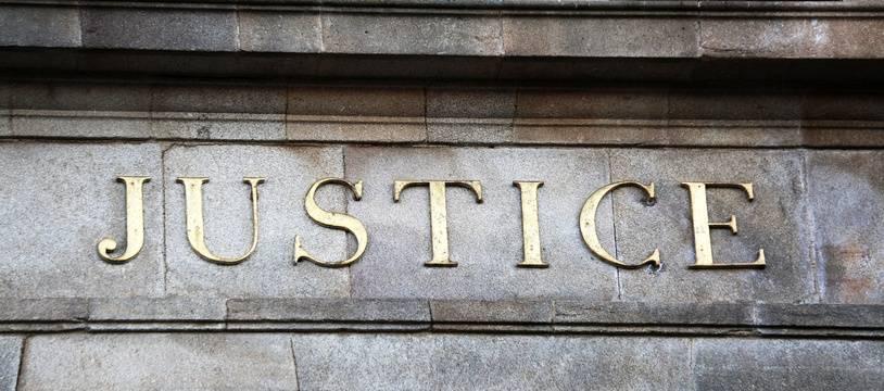 Le fronton d'un palais de justice. (illustration)
