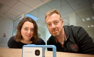 Les journalistes Anne-Laetitia Béraud et Christophe Séfrin pour le test de l'appareil photo Canon Ivy Rec, le 21 janvier 2020 à Paris